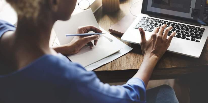Photo d'une personne travaillant avec un ordinateur portable