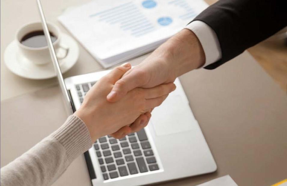 Image de deux personnes se faisant une poignée de main
