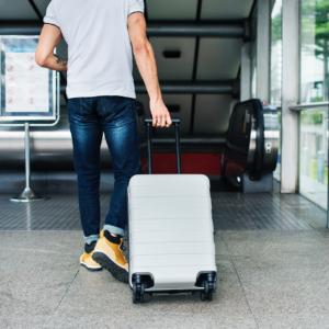 Image d'une personne avec une valise